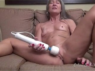 Leilani Lei jacks and pumps out (M6)