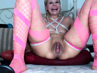 Double penetration enjoying close up tart uses playthings