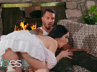 Honeys - small housewife Evelyn Claire likes a bad man